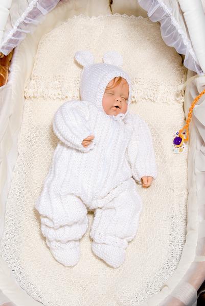 В последнее время вязаные комплекты для новорожденных пользуются большой популярностью. На сегодняшний день многие Интернет-магазины предлагают купить